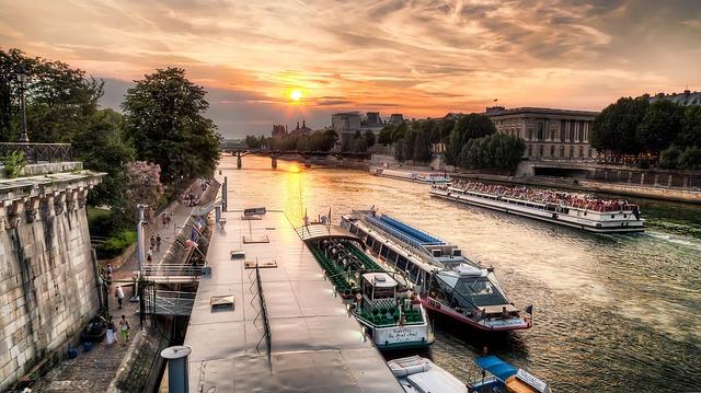 パリのセーヌ河岸の画像1