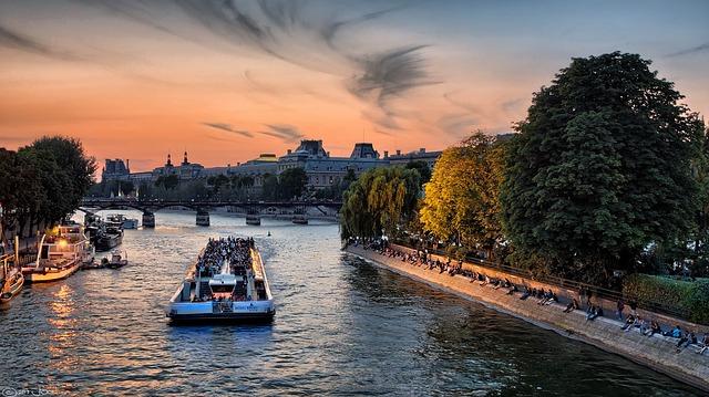 パリのセーヌ河岸の画像2