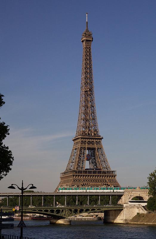 パリのセーヌ河岸の画像3